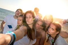 Amigos en el verano que toma un selfie Fotografía de archivo