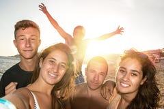 Amigos en el verano que toma un selfie Imagenes de archivo