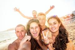 Amigos en el verano que toma un selfie Imagen de archivo