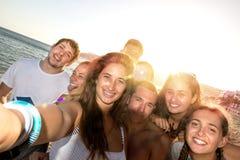 Amigos en el verano que toma un selfie Fotos de archivo libres de regalías