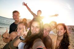 Amigos en el verano que toma un selfie Foto de archivo