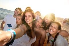 Amigos en el verano que toma un selfie Foto de archivo libre de regalías