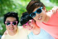 Amigos en gafas de sol Imagenes de archivo