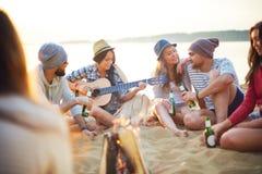 Amigos en la arena Imagen de archivo libre de regalías