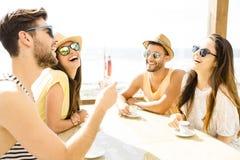 Amigos en la barra de la playa Imagenes de archivo