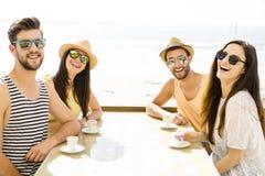 Amigos en la barra de la playa Imágenes de archivo libres de regalías