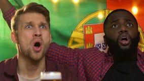 Amigos en la barra que sostiene la bandera portuguesa, trastorno sobre pérdida nacional del equipo de fútbol metrajes