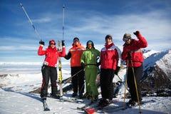 Amigos en la estación de esquí Imágenes de archivo libres de regalías
