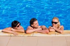Amigos en la piscina Foto de archivo libre de regalías