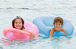 Amigos en la piscina Imagen de archivo libre de regalías