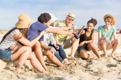Amigos en la playa Fotos de archivo libres de regalías