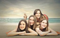 Amigos en la playa Imagenes de archivo