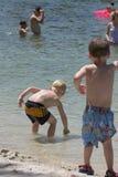 Amigos en la playa Imágenes de archivo libres de regalías