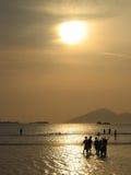 Amigos en la playa de la puesta del sol Imagenes de archivo