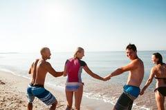 Amigos en la playa Diviértase en el día de verano soleado Fotos de archivo libres de regalías