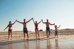 Amigos en la playa Diviértase en el día de verano soleado Fotografía de archivo