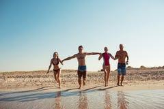 Amigos en la playa Diviértase en el día de verano soleado Foto de archivo