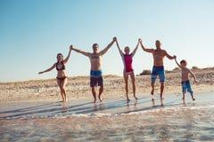 Amigos en la playa Diviértase en el día de verano soleado Imagen de archivo libre de regalías