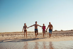 Amigos en la playa Diviértase en el día de verano soleado Imagen de archivo