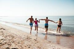 Amigos en la playa Diviértase en el día de verano soleado Foto de archivo libre de regalías