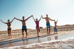 Amigos en la playa Diviértase en el día de verano soleado Fotos de archivo