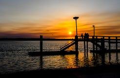 Amigos en la puesta del sol Fotografía de archivo libre de regalías