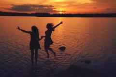 Amigos en la puesta del sol Fotografía de archivo