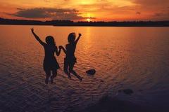 Amigos en la puesta del sol Fotos de archivo