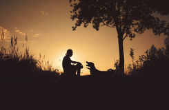 Amigos en la puesta del sol Imagen de archivo