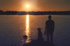 Amigos en la puesta del sol Foto de archivo