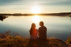 Amigos en la puesta del sol Imagen de archivo libre de regalías