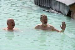 Amigos en laguna azul Imagen de archivo
