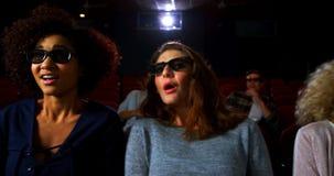 Amigos en los vidrios 3d que miran la película 4k almacen de video