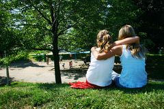 Amigos en parque Foto de archivo