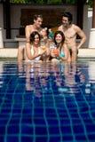Amigos en piscina Imágenes de archivo libres de regalías