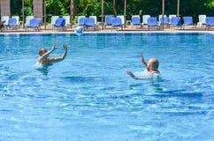 Amigos en piscina fotografía de archivo libre de regalías