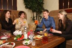 Amigos en restaurante Foto de archivo