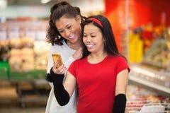 Amigos en supermercado imagenes de archivo
