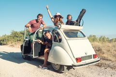 Amigos en un coche Fotos de archivo