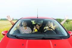 Amigos en un coche imagen de archivo