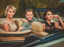 Amigos en un coche clásico Fotografía de archivo
