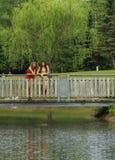 Amigos en un puente Imágenes de archivo libres de regalías