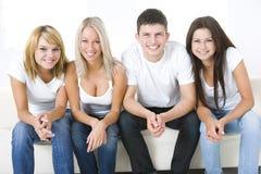 Amigos en un sofá Imagenes de archivo