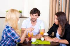 Amigos en una cafetería Fotografía de archivo libre de regalías