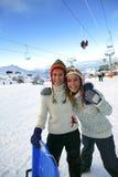 Amigos en una estación de esquí Imagen de archivo libre de regalías