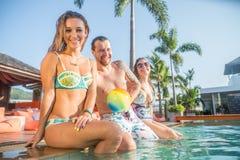Amigos en una piscina Fotografía de archivo libre de regalías