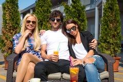 Amigos en una terraza Foto de archivo libre de regalías