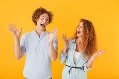 Amigos entusiasmado chocados que amam pares imagens de stock royalty free