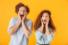 Amigos entusiasmado chocados que amam pares foto de stock royalty free