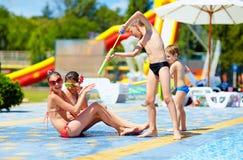 Amigos entusiasmado que têm o divertimento no aqaupark Foto de Stock
